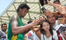 Rafael Vaz dá autógrafo em treino do Vasco em Manaus: zagueiro deve ser a solução para o setor no Flamengo Foto: Divulgação / Vasco
