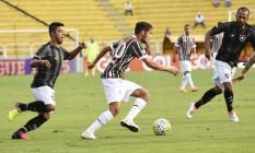 Scarpa, do Fluminense, domina a bola, marcado por Leandrinho e Bruno Silva, do Botafogo, com as arquibancadas vazias em Volta Redonda Foto: Divulgação