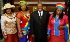 O presidente sul-africano, Jacob Zuma, ao lado de três das suas quatro mulheres Foto: MIKE HUTCHINGS / AP