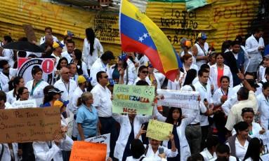 Médicos protestam pela escassez de medicamentos na Venezuela Foto: GEORGE CASTELLANOS / AFP