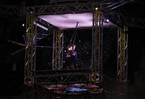 Mora Godoy posa com o seu companheiro de coreografia em uma pequena plataforma que simulava ser um drone suspenso no ar Foto: JUAN MABROMATA / AFP