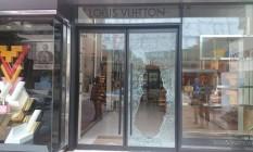 Ladrões roubam loja da Louis Vuitton, em Ipanema Foto: Eduardo Diniz / O Globo