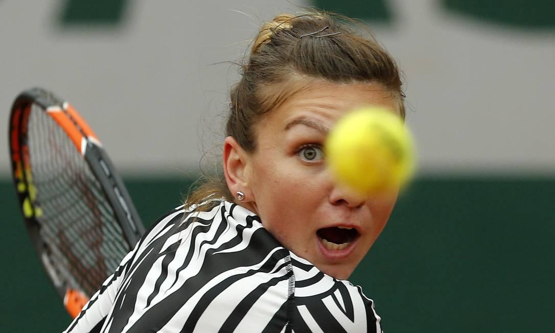 Em um dos poucos jogos concluídos neste dia 31, a romena Simona Halep foi derrotada pela australiana Samantha Stosur, pela quarta rodada de Roland Garros Alastair Grant / AP