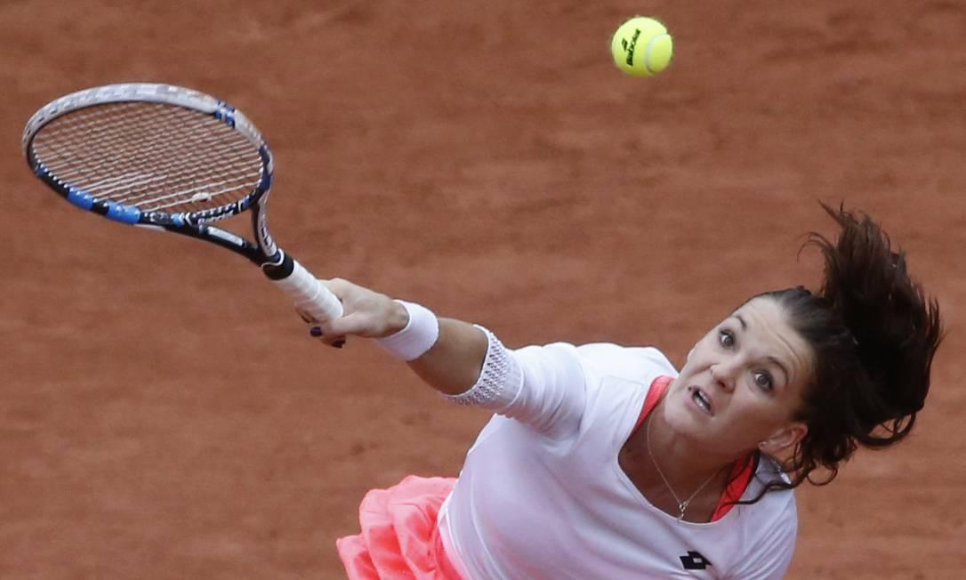 Derrotada por Pironkova pela quarta rodada, neste dia 31, Radwanska reclamou das condições da partida no segundo set, quando o jogo prosseguiu mesmo com chuva PASCAL ROSSIGNOL / REUTERS