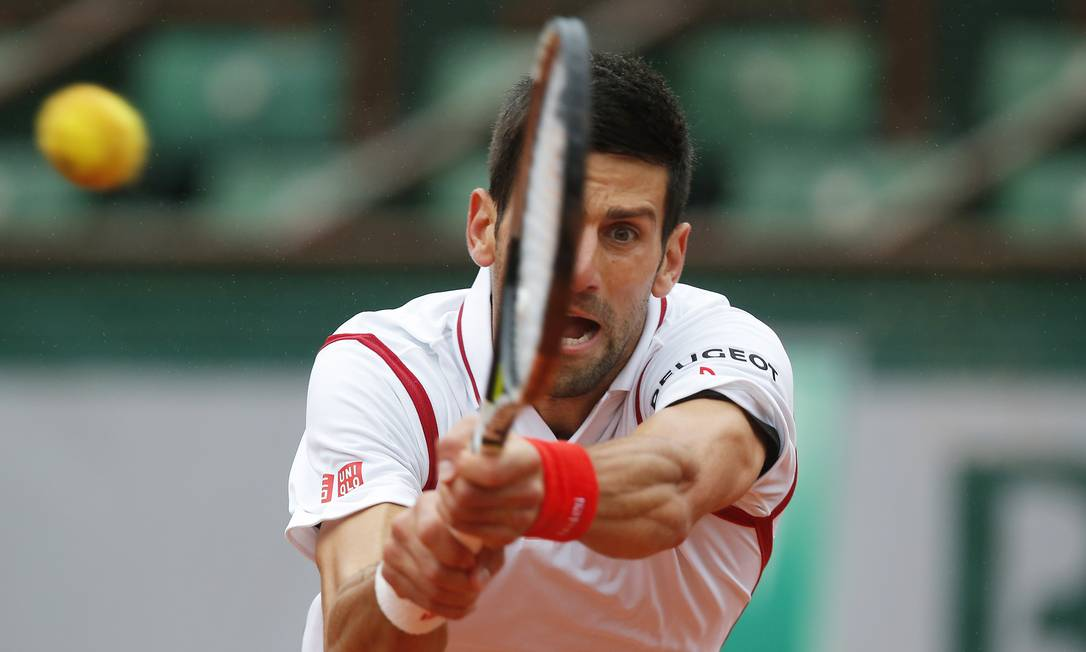 O sérvio Novak Djokovic, número 1 do mundo, em uma devolução contra o espanhol Roberto Bautista, pelas quartas de final: um set vencido para cada lado antes da interrupção devido à chuva Michel Euler / AP