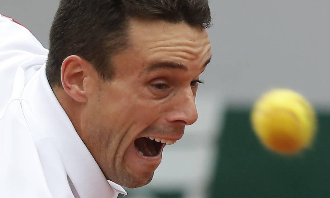 Bautista Agut surpreendeu Djokovic e venceu o primeiro set por 6-3. No segundo, caiu por 6-4. O espanhol perdia o terceiro set por 4-1 quando o jogo foi interrompido Michel Euler / AP
