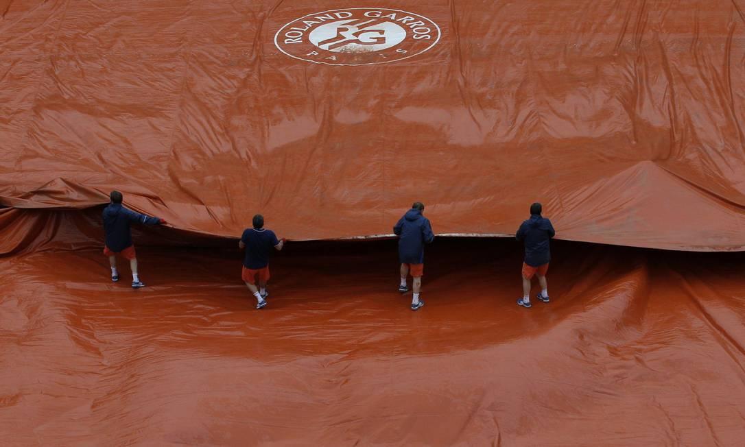 A quadra Suzanne Lenglen teve de ser coberta no fim da manhã por conta da chuva, que voltou a atrapalhar a programação de Roland Garros Christophe Ena / AP