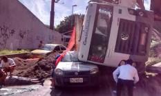 Caminhão vira sobre carro em acidente na Linha Amarela Foto: Divulgação / @NewsMobilidade