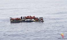 Foto da marinha italiana mostra o resgate de imigrantes no Mediterrâneo Foto: AP/30-6-2016