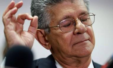 Henry Ramos Allup reage enquanto fala com a imprensa em Caracas Foto: CARLOS GARCIA RAWLINS / REUTERS