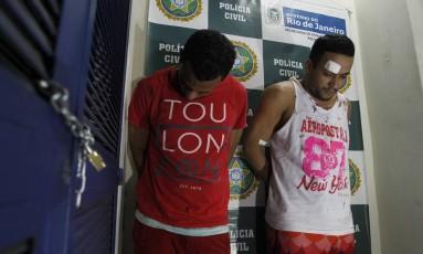 Anderson Leandro Bernardes (camisa vermelha) e Willian Augusto Nogueira (camisa branca) foram condenados pelo crime de latrocínio Foto: Pedro Teixeira / Agência O Globo