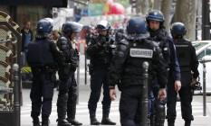 Grupo de elite da polícia francesa realiza operação em Paris. País será sede da Eurocopa em junho, e pode ser palco de novos ataques terroristas Foto: BENOIT TESSIER / REUTERS