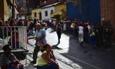 Venezuelanos fazem fila para comprar itens básicos em Caracas Foto: RONALDO SCHEMIDT / AFP