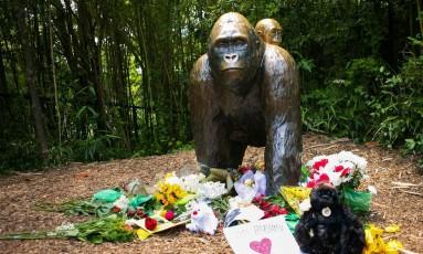 Estátua de Harambe, no zoo de Cincinnati, recebe flores em homenagem ao animal Foto: WILLIAM PHILPOTT / REUTERS