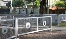 Residência do presidente Michel Temer no Alto de Pinheiros recebe grades de segurança. Área em frente a casa está cercada. Foto: Marcos Alves / Agencia O Globo.