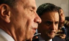 O líder do governo no Senado, Aloysio Nunes Ferreira (PSDB -SP), e o presidente do PSDB, senador Aécio Neves (MG) Foto: Ailton de Freitas / Agência O Globo / 15-6-2015