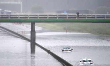 Estrada A10 inundada na altura de Saran, no departamento de Loiret. Tempestades levaram região a elevar estado de alerta para o nível máximo Foto: GUILLAUME SOUVANT / AFP