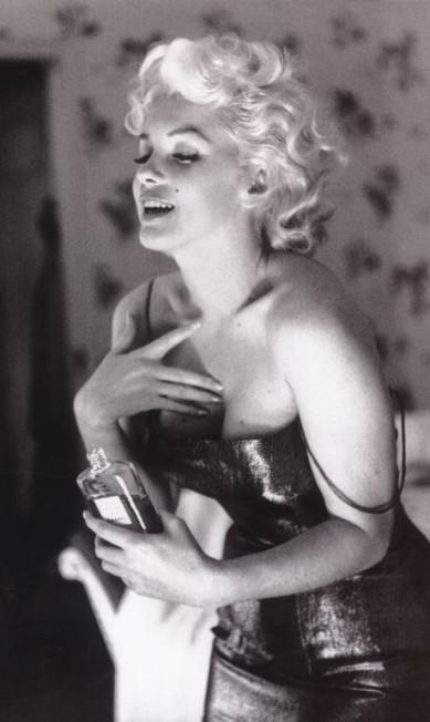 """O nome Marilyn vendia, e muito. Ela foi a responsável por fazer do Chanel Nº5 um dos perfumes mais conhecidos do mundo. Garota-propaganda da fragrância, ela disse, certa vez, que dormia """"usando"""" apenas algumas gotas Jacques Hellus / Chanel"""
