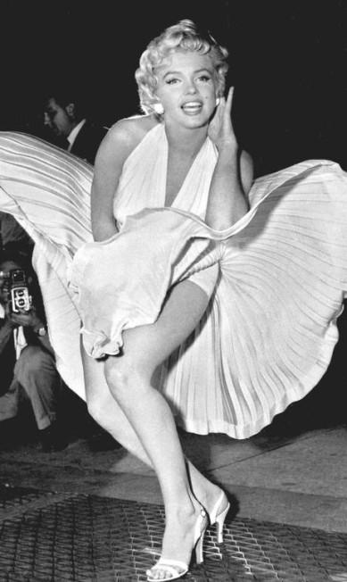 """Em sua carreira no cinema, que começou em 1947 com um pequeno papel em """"Sua Alteza, a Secretária"""", foram mais de 30 filmes. Um dos mais famosos é """"O Pecado Mora ao Lado"""". A cena em que Marilyn usa um vestido branco que sobe por causa do vento que sai de uma grade de metrô é uma das mais famosas da história Divulgação"""