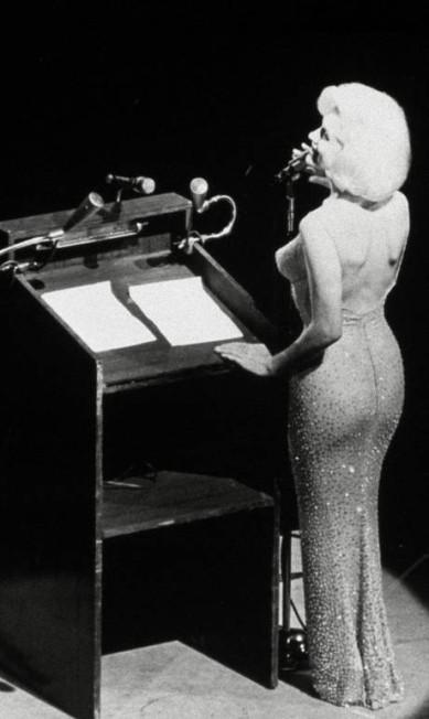 """A atriz fez história também entre os presidentes dos Estados Unidos. Em 1962, quando John Kennedy completou 45 anos, ela subiu no palco da comemoração, no Madison Square Garden, em Nova York e cantou o """"parabéns para você"""" mais emblemático da história Reprodução"""