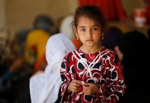 Menina que fugiu de sua casa com a sua família devido aos combates em Faluja chega à cidade de Garma Foto: THAIER AL-SUDANI / REUTERS