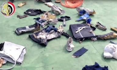 Imagem postada na página das Forças Armadas do Egito no Facebook mostra objetos pessoais e destroços que podem ser do voo 804 da EgyptAir Foto: Uncredited / AP