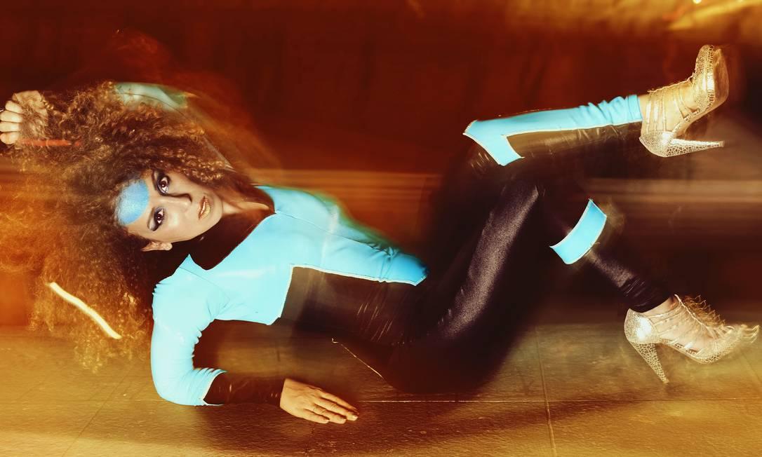"""Iara. Ela resiste em opor os discos como masculino e feminino, mas reconhece essas energias neles: """"são transgêneros"""" Foto: Chris Von Ameln / Divulgação"""