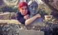 """Internauta abraça a estátua da escritora Virgina Woolf: participação na campanha """"Hugabrit"""""""