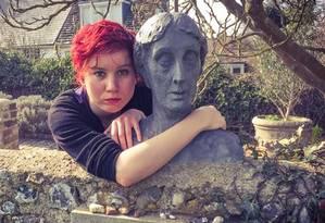 """Internauta abraça a estátua da escritora Virgina Woolf: participação na campanha """"Hugabrit"""" Foto: Divulgação/ Hugabrit"""