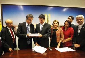 Cardozo protocola defesa de Dilma com pedido de acesso a gravações de Machado Foto: Givaldo Barbosa / Agência O Globo
