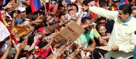 """Apoio nas ruas. Maduro fala a simpatizantes em Caracas: enquanto nações debatiam sobre a crise no país, presidente voltou a chamar de """"lixo"""" o secretário-geral da OEA Foto: HANDOUT / REUTERS"""