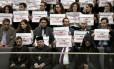 """No plenário do Parlamento, um grupo de pessoas segura cartazes em que se lê """"reconhecimento agora"""" do genocídio armênio"""