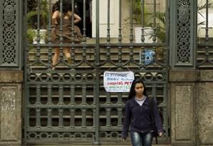 A estudante Maria Luiza foi impedida de entrar na escola para ter aula no Colégio Estadual Amaro Cavalcanti Foto: Gabriel de Paiva / Agência O Globo