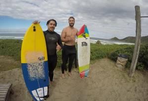 Rye Hunt (de preto) e o amigo Mitchell Shepard surfaram nas praias do Rio Foto: Divulgação