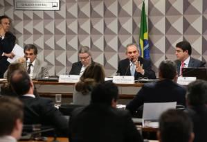 Antônio Anastasia (relator), Raimundo Lira (presidente) e José Eduardo Cardozo na comissão do impeachment Foto: Jorge William / Agência O Globo