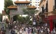 Arco chinês. Moradores e turistas no chinatown de Buenos Aires
