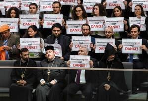 'Obrigado'. Clérigos e ativistas pelo reconhecimento do massacre armênio como genocídio agradecem no Parlamento Foto: ODD ANDERSEN / Odd Andersen/AFP