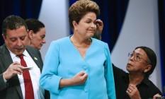 Dilma Rousseff no debate do SBT. À direita da presidente, o marqueteiro João Santana. À esquerda, o cabeleireiro Celso Kamura Foto: Andre Penner / AP