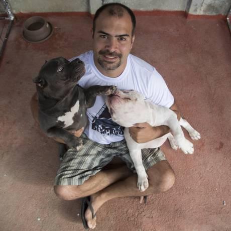 O criador Constantino Assonitis com dois dos seis sete cachorros Foto: Antônio Scorza / Agência O Globo