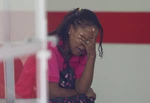A mãe do menino morto, Cíntia, chora no Instituto Médico Legal de SP Foto: Marcos Alves / Agência O Globo