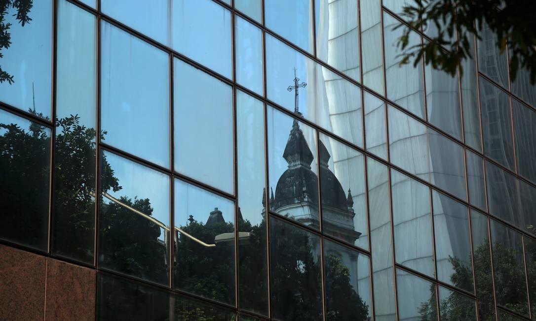 Ao olhar para fora do VLT o passageiro poderá admirar preciosidades do estilo Art Déco Foto: Custódio Coimbra / Agência O Globo