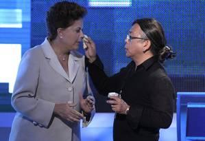 A presidente afastada Dilma Rousseff e o cabeleireiro Celso Kamura durante a campanha eleitoral em 2010 Foto: Marcos Alves / Agência O Globo / 10-10-2010