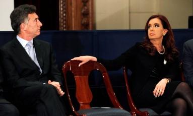 Climão: Cristina encara Macri em foto de quando ele foi prefeito portenho, em 2012 Foto: MARCOS BRINDICCI / REUTERS