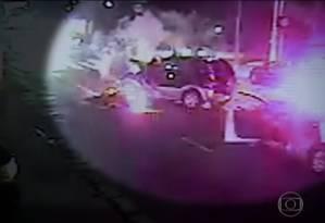Câmera flagra momento em que policiais atiram no carro roubado por crianças Foto: Reprodução TV