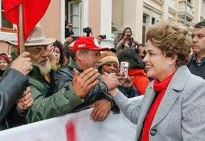Ato contra o impeachment. Dilma cumprimenta público durante evento contra seu afastamento em Porto Alegre Foto: Divulgação