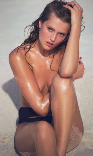 """Um clique de topless de Toni na """"Elle"""" francesa Reprodução"""