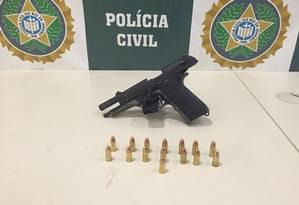 Arma apreendida com criminoso conhecido como 'executivo' do tráfico no Rio Foto: Divulgação