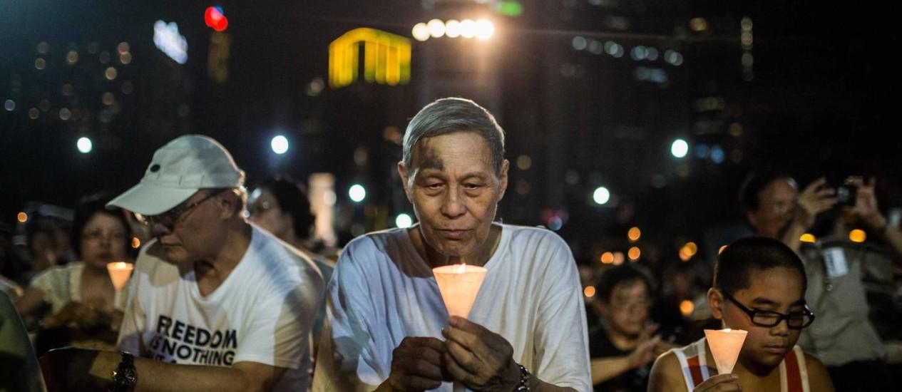 Milhares de pessoas fazem vigília em Hong Kong Foto: ANTHONY WALLACE / AFP