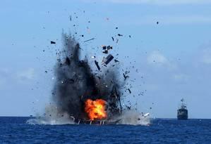 Navio de pesca pesca estrangeira ilegal explode perto de Bitung, na Indonésia Foto: EPA/IMANK