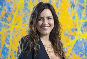 Manuela Dias posa diante do quadro pintado por seu marido, o cineasta Caio Sóh, em sua casa, no Rio Foto: Leo Martins / Agência O Globo